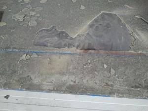 Lose Beschichtung wird von der Ladebrücke entfernt